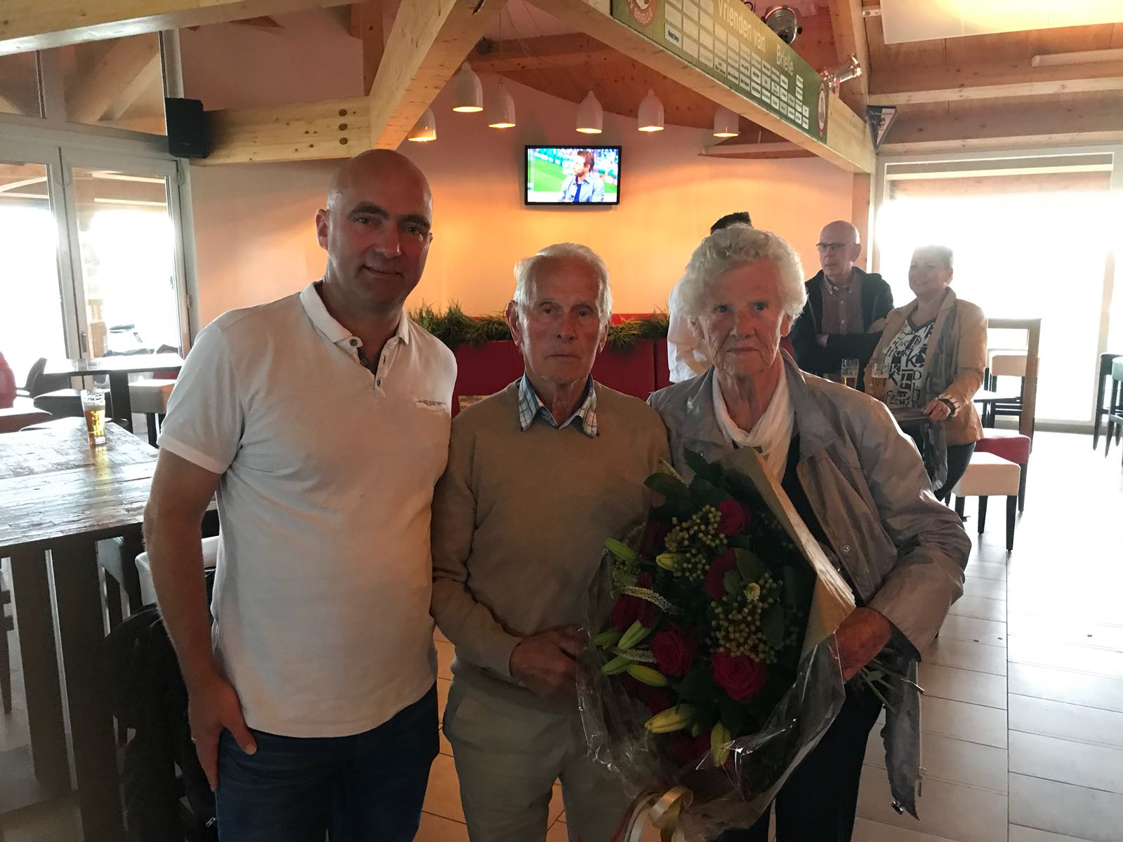 Bestuur bedankt Kees van Driel tijdens de goed bezochte vrijwilligersavond