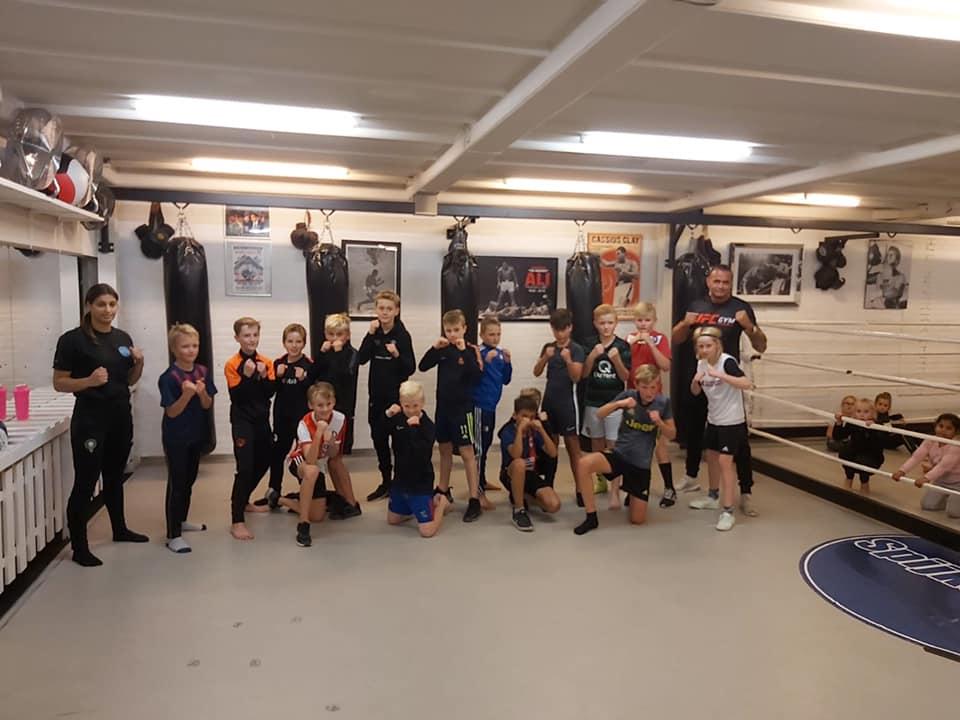 Fysieke training voor de JO11-1 en JO12-1 bij Sportcentrum Spijkenisse