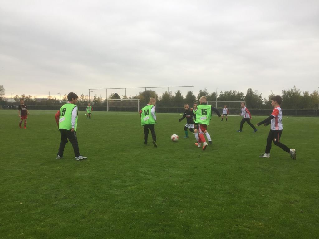 Jeugd VV Brielle voetbalt tijdens Corona-Stop